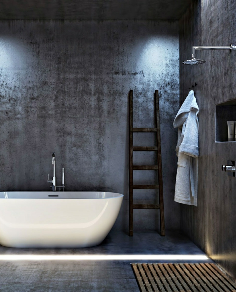 Arredare bagno moderno, parete indossato sporco grigio beige, vasca da bagno, nicchia e doccia