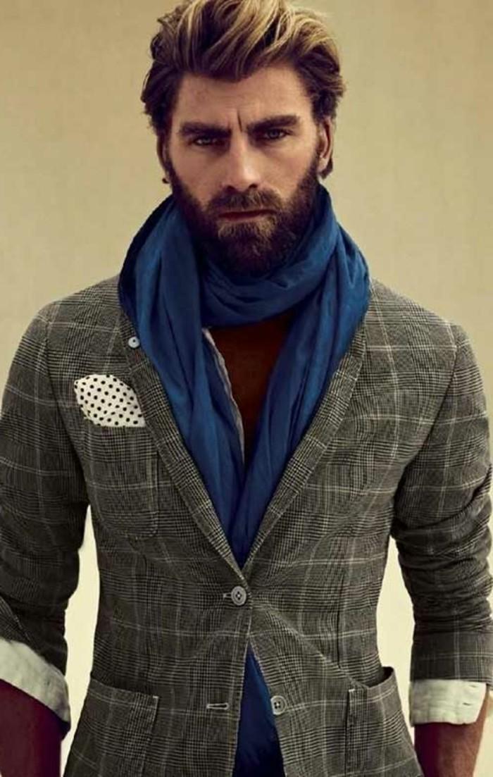 una proposta per tagli di capelli uomo con ciuffo lungo pettinato all'indietro e barba folta