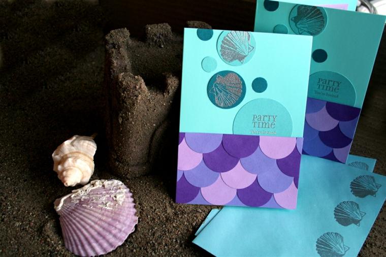proposta fai da te per dei biglietti di invito a feste di bimbi con delle conchiglie applicate