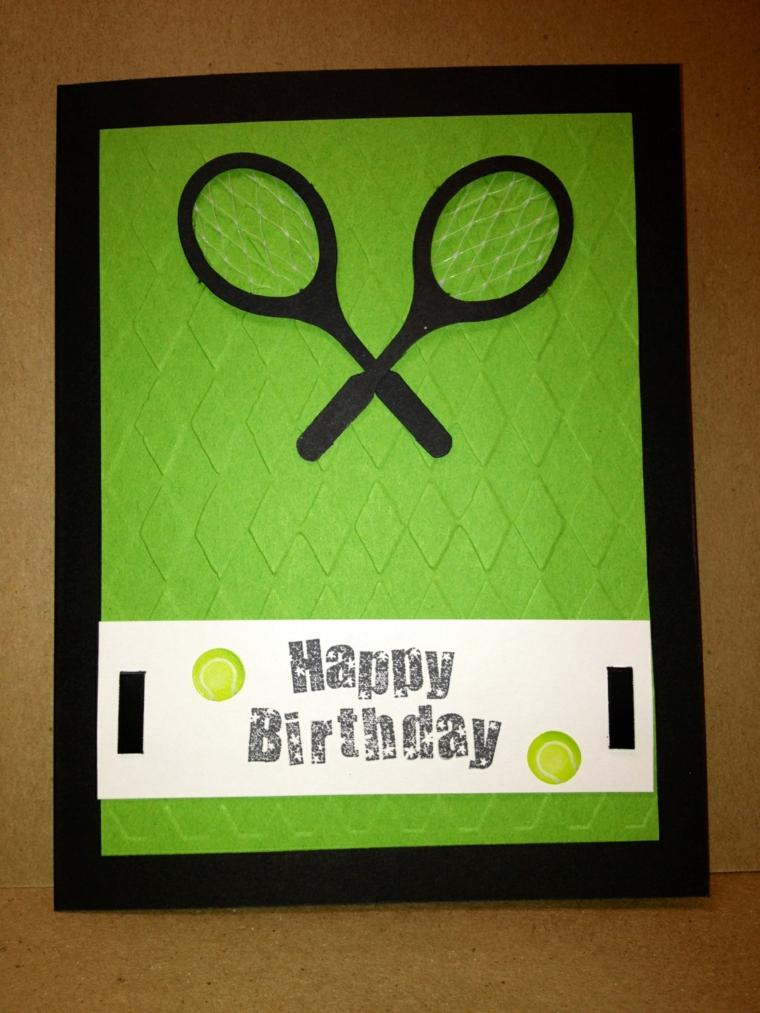 campo da tennis con racchette come sfondo per un biglietto di invito ad una festa di compleanno