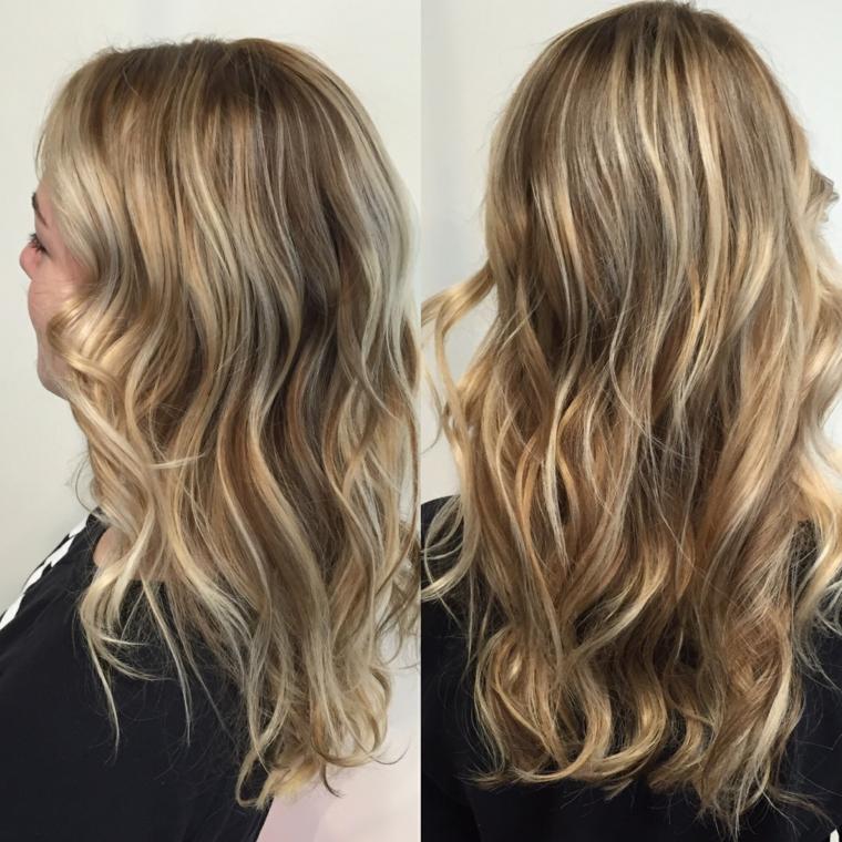 splendida proposta per balayage capelli biondi lunghi e con un'acconciatura ondulata