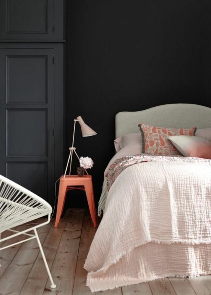 Idea abbinamento colori pareti, colore nero con grigio scuro, zona notte, sedia in rattan bianca