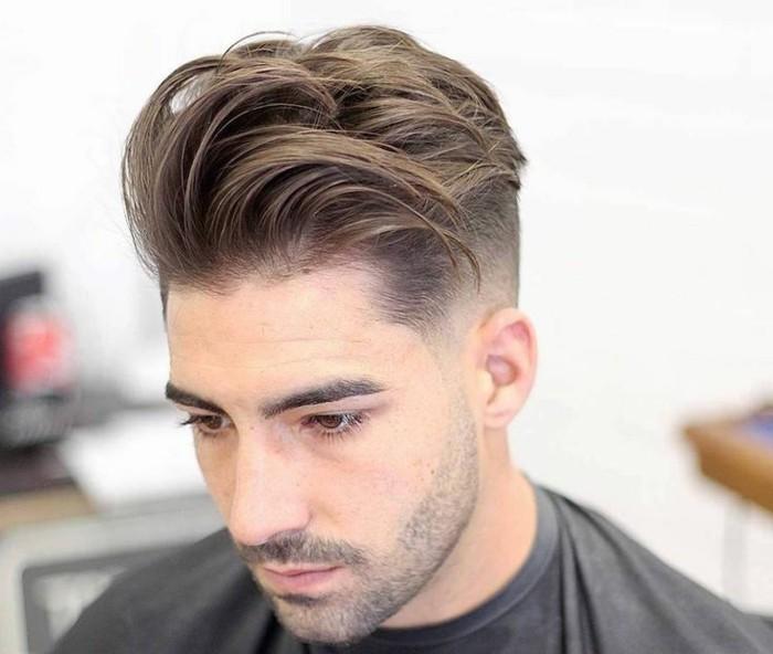 un ragazzo con una proposta di tagli di capelli corti uomo rasati ai lati con ciuffo lungo