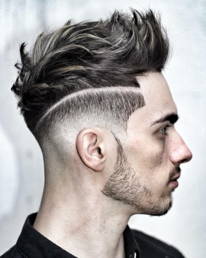 ragazzo con una proposta di tagli di capelli corti uomo alla moda, rasati ai lati e con ciuffo lungo all'insù