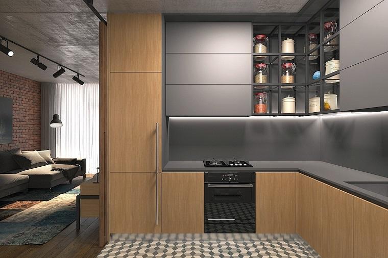 Cucina e soggiorno, arredamento moderno, mobili di colore scuro, piastrelle bicolore e pavimento in legno