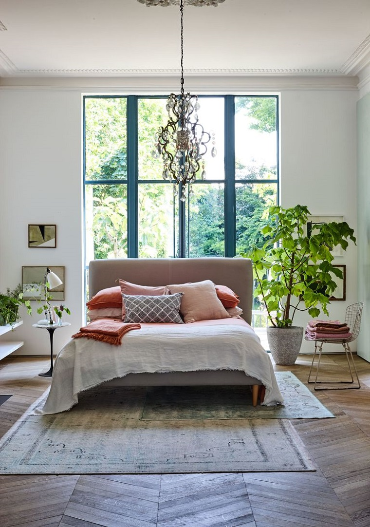 Arredare casa idee originali, camera da letto con pareti bianche, pavimento in legno e tappeto