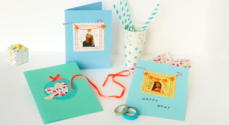 cartoncini colorati e decorati con fiocchi e foto come idea per degli inviti di compleanno per bimbi