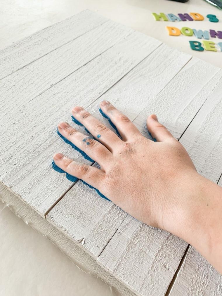 impronta manina con colore blu lavoretti per il papà fai da te lettere di legno colorate