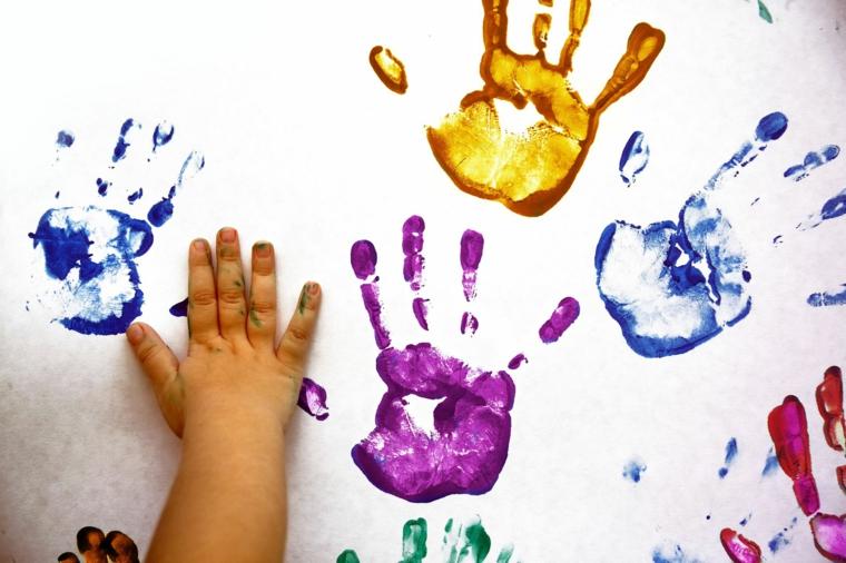 una proposta per realizzare un lavoretto per la festa del papà con le impronte delle mani