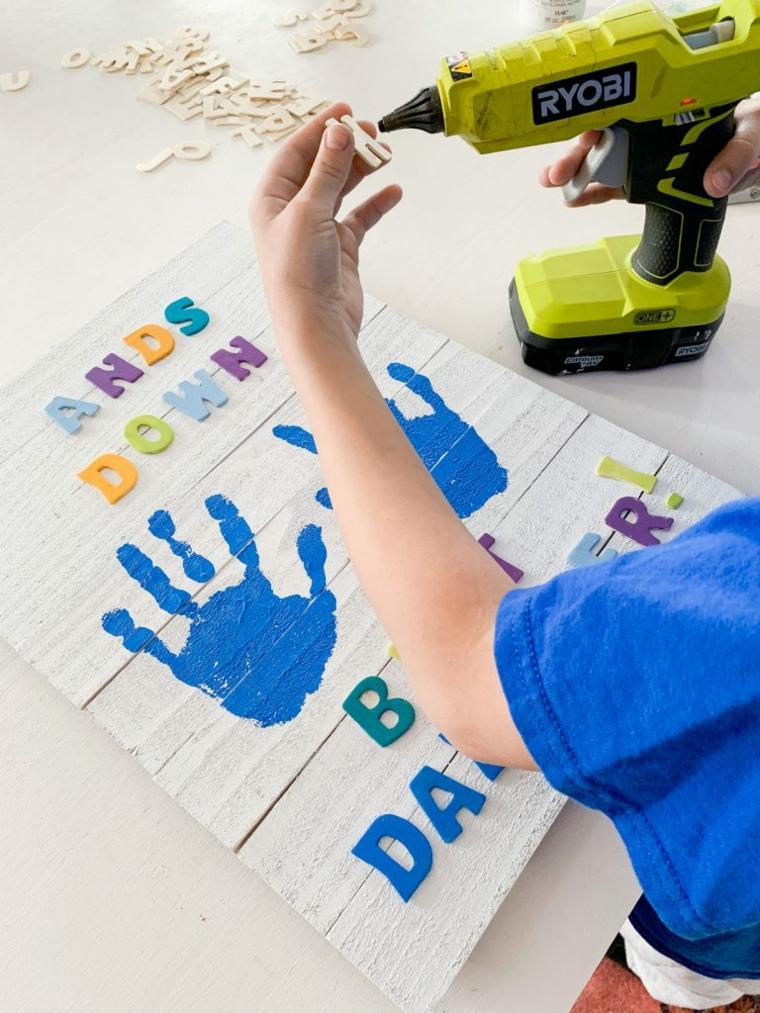 incollare lettere di legno colorate disegno con impronta manina lavoretti per il papà scuola primaria