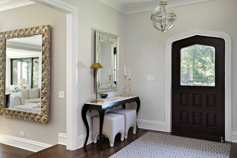 Entrata di casa, interni case moderne, mobile di legno colore nero, due specchi, tappeto juta colori chiari