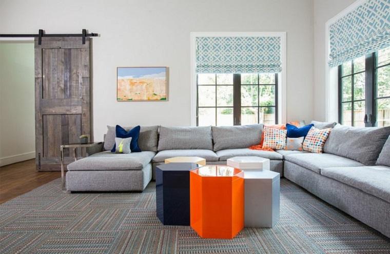 Stili di arredamento, salotto con set di mobili, divano ad angolo tessuto colore grigio, porta scorrevole rustica di pallet