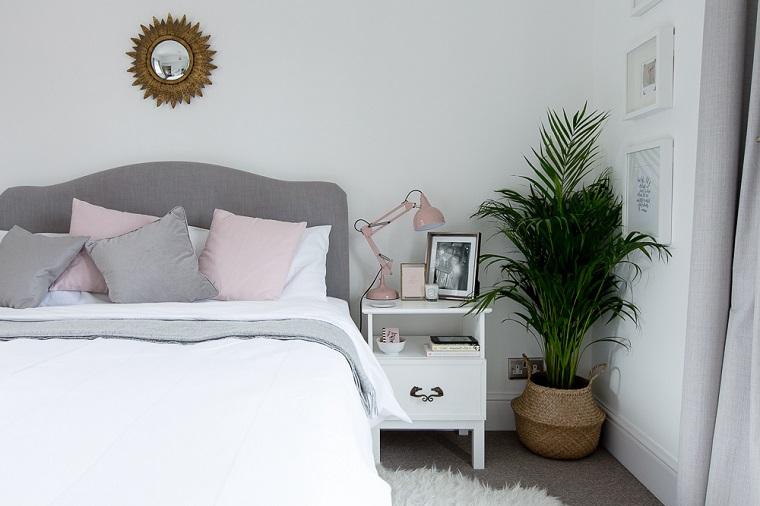 Decora la tua casa, camera da letto con testiera imbottita colore grigio, comodino di legno colore bianco