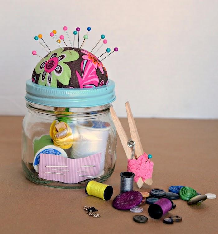 Baratto di vetro con kit da cucito, bottoni e rotoli di fili colorati, pensierini di Natale