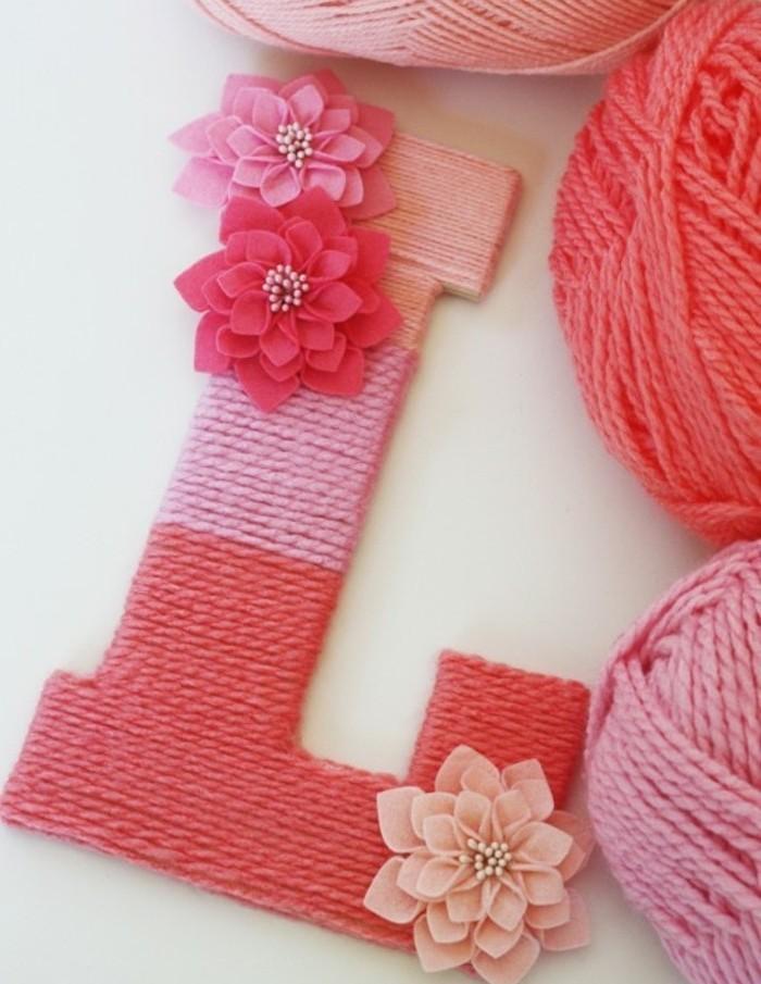 Immagini regali, decorare una lettera di legno, filo di lana colorato, decorazioni con fiorellini