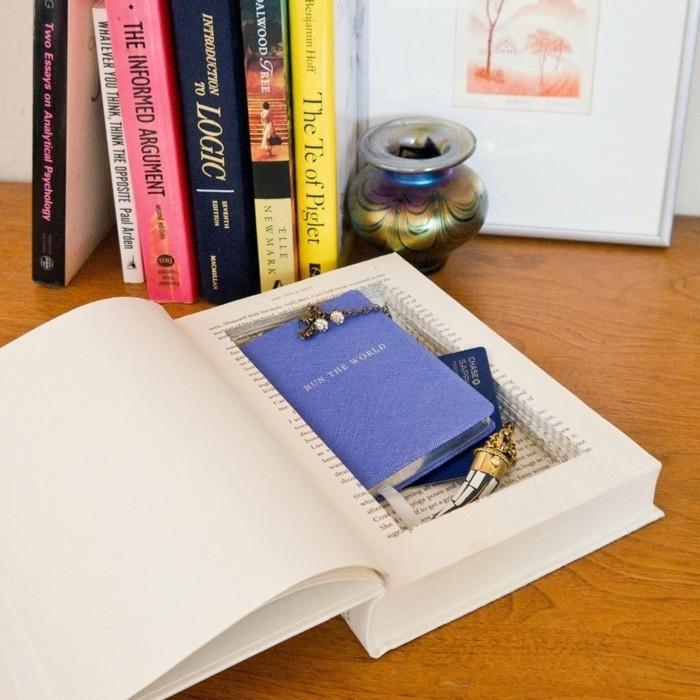 Idee fai da te, libro con intagliato una cavità, cartoline e gioielli all'interno
