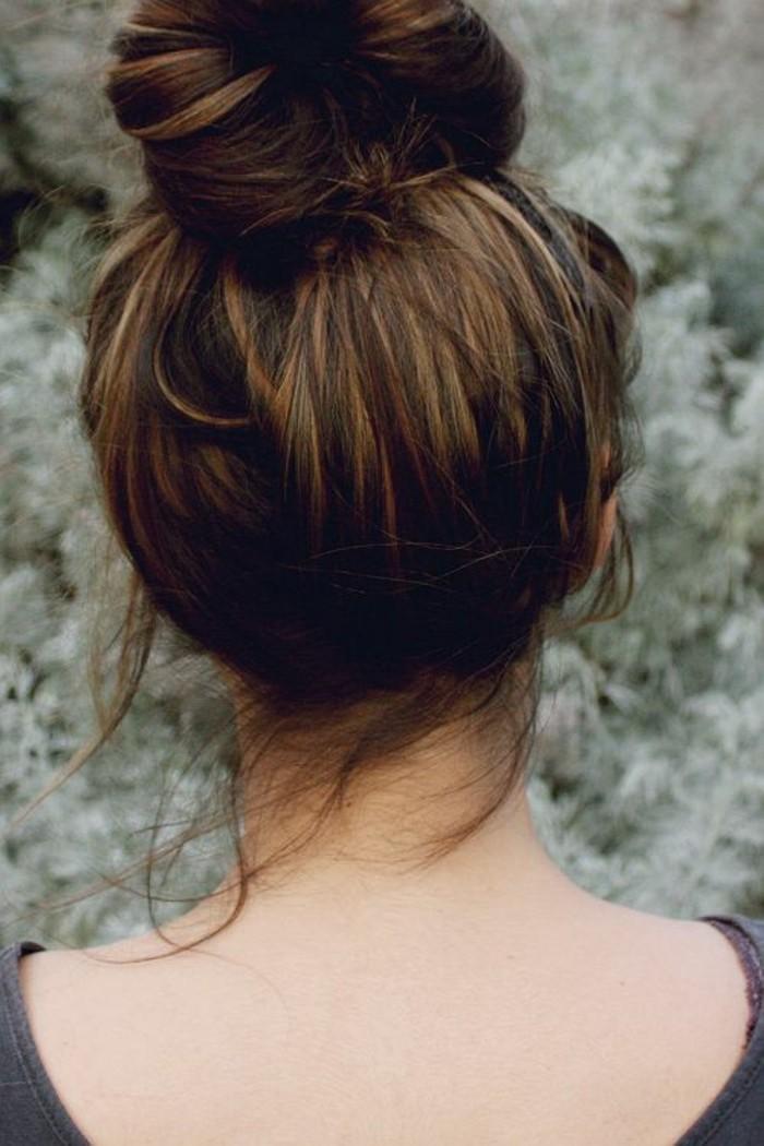 un'ottima idea per realizzare dei balayage biondi su capelli castani, raccolti in uno chignon