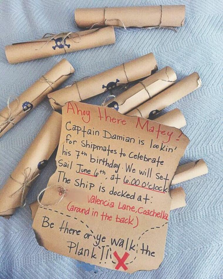 pergamene con i il teschio simbolo dei pirati come biglietti di invito ad un compleanno di un bambino