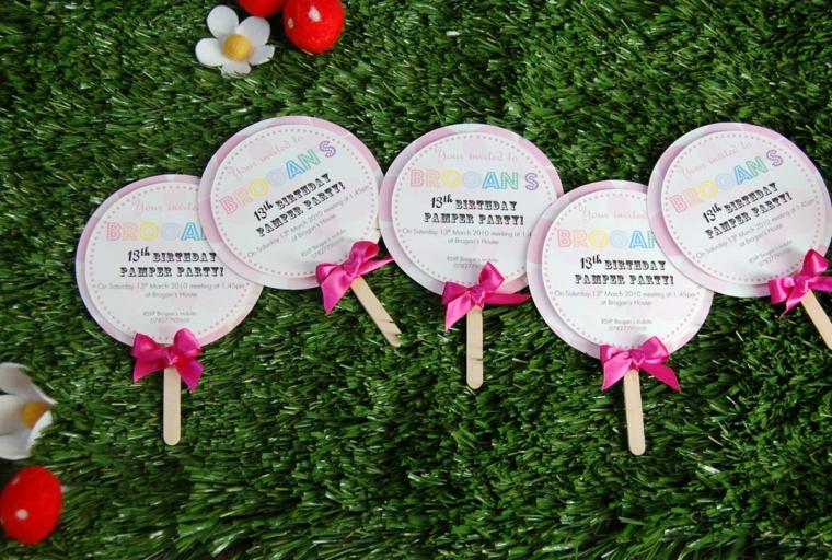 creativa proposta per realizzare degli inviti per feste di compleanno per bimbi con un bastoncino del gelato