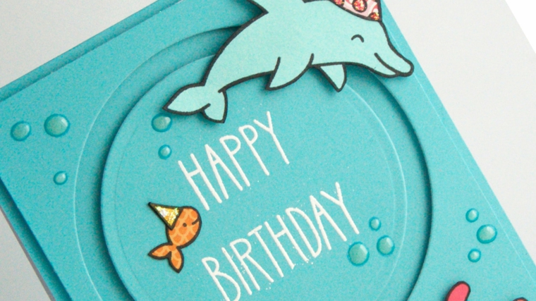 cartoncino azzurro con dei pesci colorati e un delfino come idea per degli inviti a feste di compleanno di bimbi