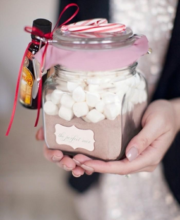 Barattolo di vetro decorato, idee regalo fai da te, cioccolato in polvere e pezzettini di mashmallow