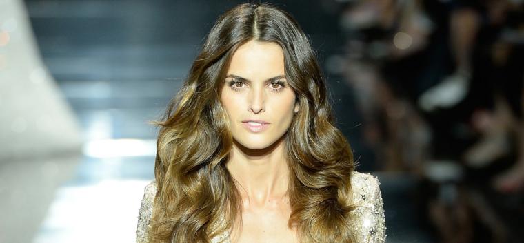 dalle passerelle d'alta moda, una modella con i capelli biondo scuro ramato lunghi e leggermente mossi