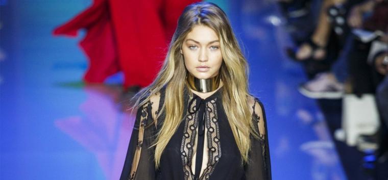 un look trendy di una modella con i capelli degradè biondo lunghi e lisci
