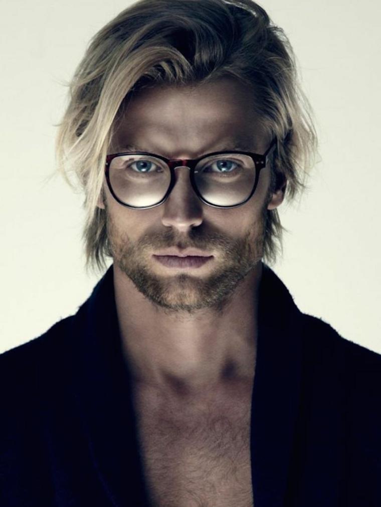 Idea acconciature uomo, capelli biondi con un doppio taglio lungo, accessorio occhiali da vista