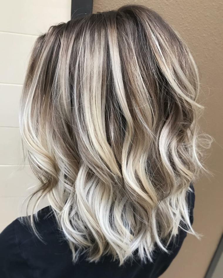 hairstyle di tendenza con un bob di media lunghezza e un degradè capelli che illumina la capigliatura