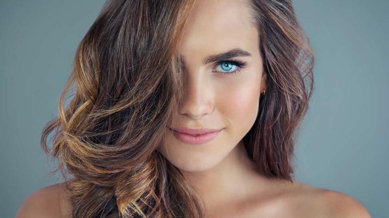 una ragazza con degli occhi azzurri e i capeli nocciola con delle sfumature più chiare
