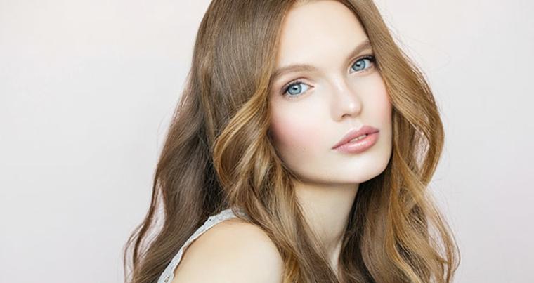 ragazza dalla carnagione chiara con gli occhi azzurri e i capelli castani sfumati