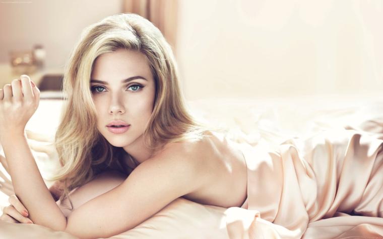 splendida ragazza con gli occhi azzurri, labbra carnose e capelli color nocciola con dei balayage biondi
