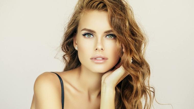ragazza con gli occhi azzurro-verdi e i capelli castano chiaro con una piega naturale leggermente ondulata