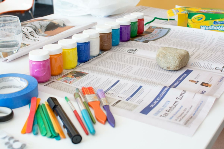 tempere, pennelli, sassi, giornali, ecco ciò che occorre per un lavoretto per la festa del papà