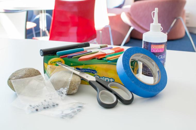 forbice, nastro adesivo, colla, colori: il materiali necessario per realizzare dei lavoretti festa del papà