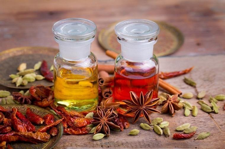 Bottigliette di vetro con tappi, olio eterico di peperoncino e anice stellato