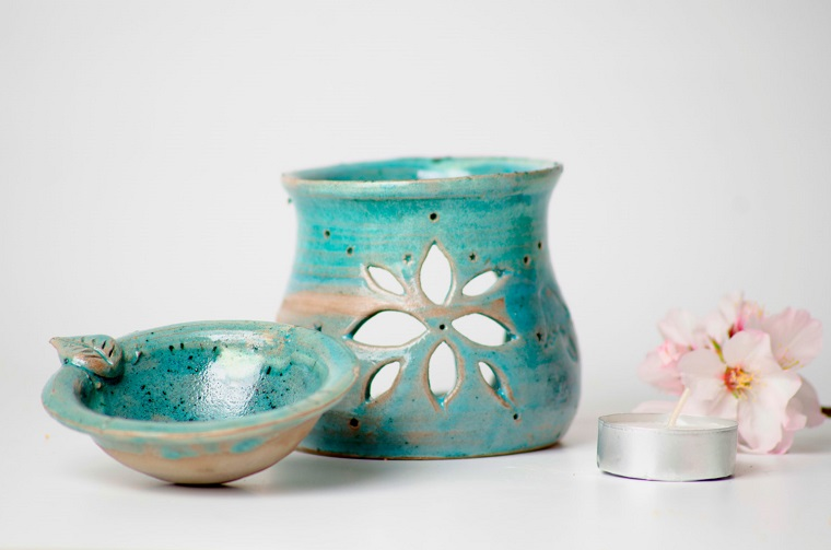 Idea diffusore di ceramica dipinto a mano di colore blu, candela profumata e fiore bianco