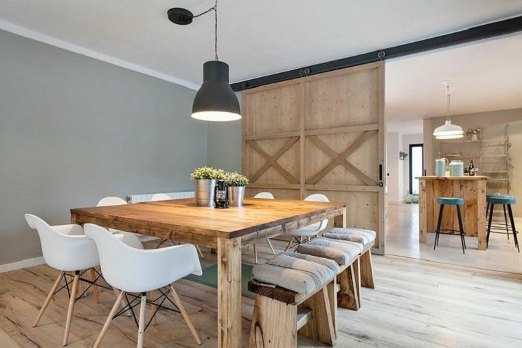 Idee per arredare casa, open space cucina e sala da pranzo, tavolo rustico di legno decorato con vasi, porta scorrevole