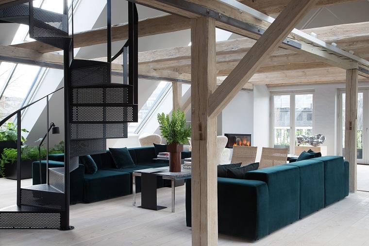 Due divani in tessuto colore blu scuro, tavolino rettangolare, interni casa, scale con ringhiera in ferro