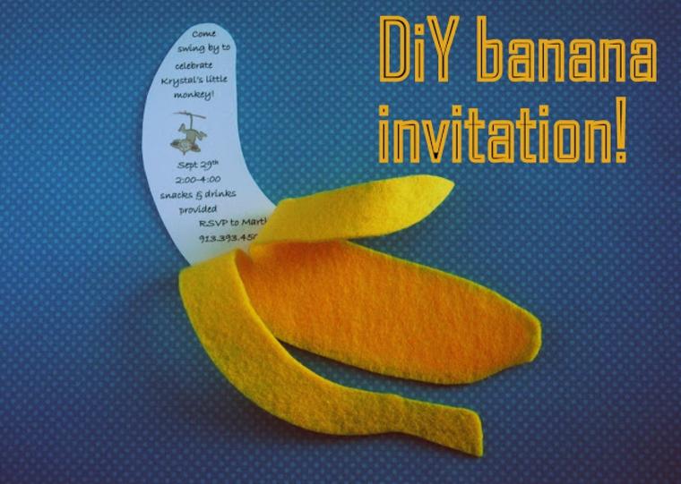 una banana in stoffa contenente il biglietto di invito alla festa di compleanno di un bimbo