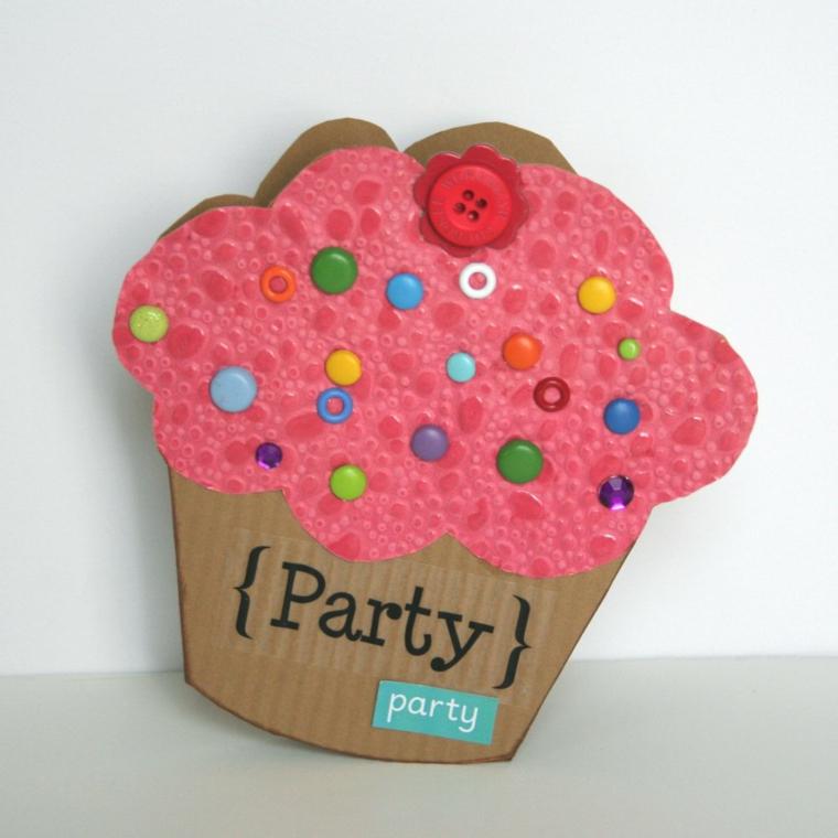cup cake rosa con decorazioni realizzate con dei bottoni colorati come inviti di compleanno per bambini