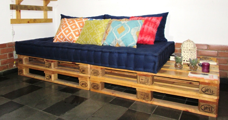 1001 idee per divani con bancali per interni ed esterni - Mobili fatti con pallets ...