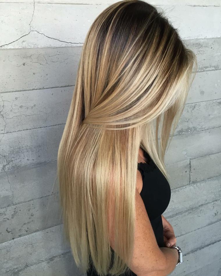 capelli lunghi con un degradè biondo luminose, piega liscia con un effetto setoso