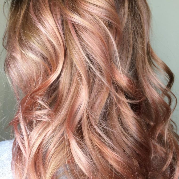 una nuance alla moda con delle sfumature rosa-ramate su base castana