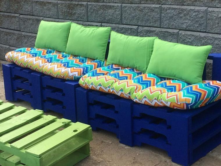 1001 idee per divani con bancali per interni ed esterni for Cuscini dipinti