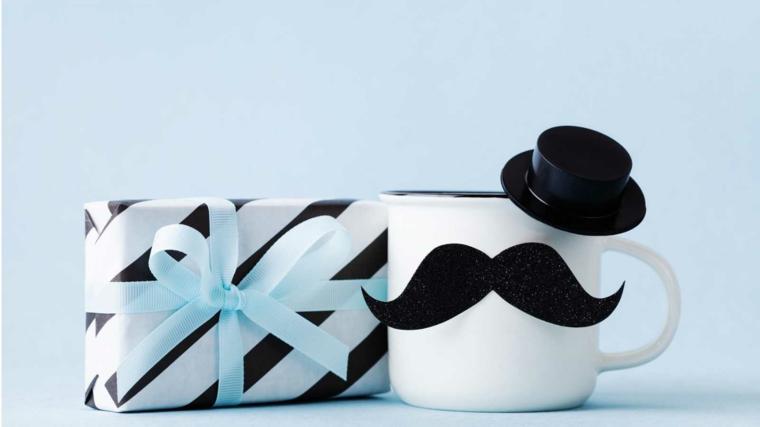 pacco regalo incartato tazza decorata con baffi di carta lavoretti per il papà fai da te