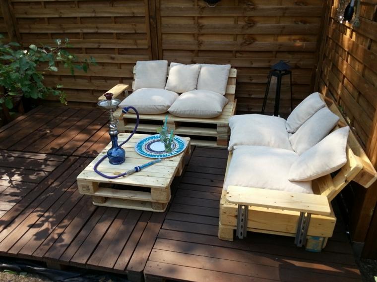 legno naturale di riciclo dei bancali con cuscini beige e tavolo centrale, idea per arredare l'esterno