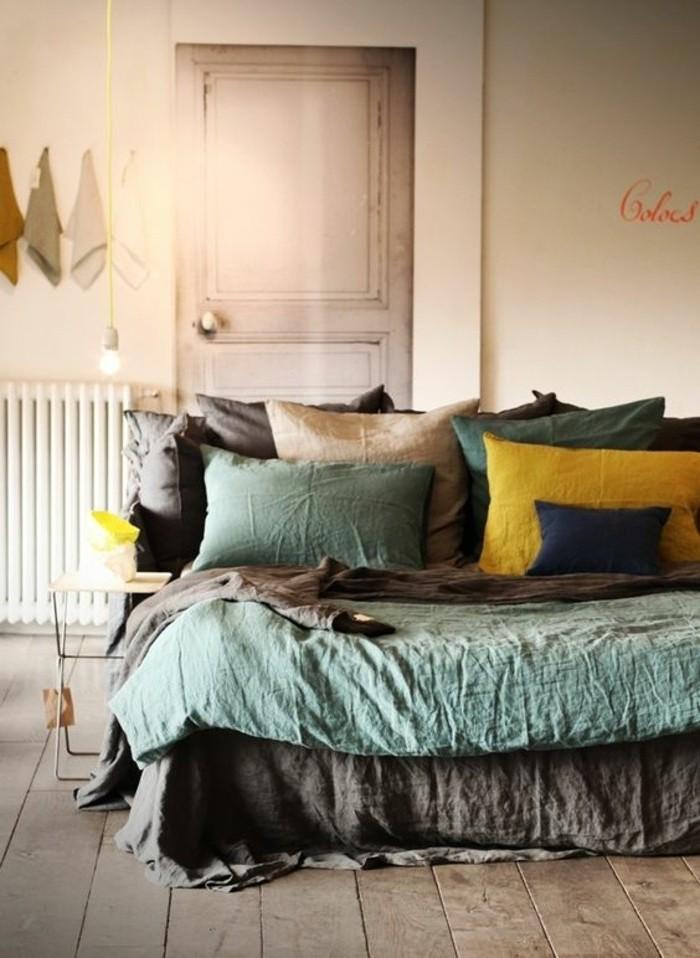 Camera da letto, colori da abbinare al grigio, decorazione con tanti cuscini