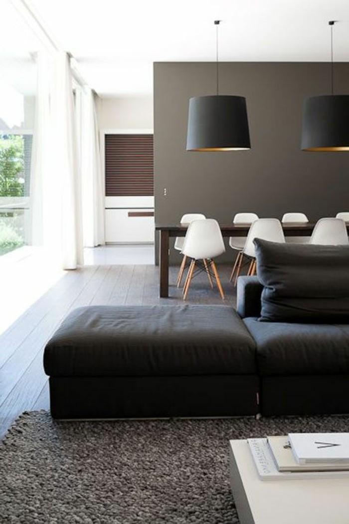 Abbinamento colori, soggiorno con divano, tavolo da pranzo in legno, illuminazione con lampade a sospensione