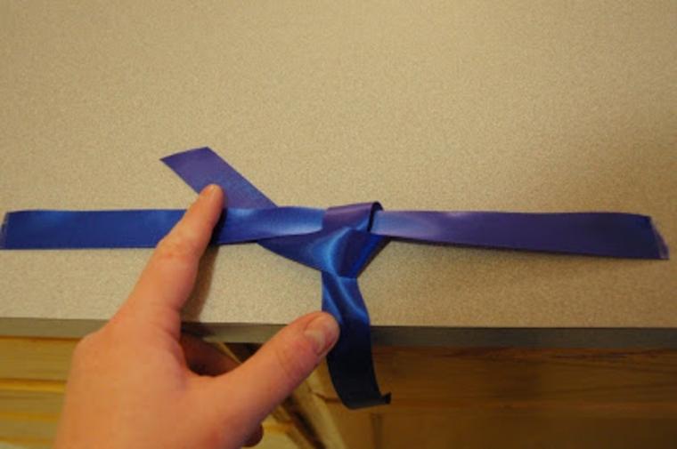 come realizzare il nodo della cravatta da applicare al barattolo: lavoretti per bambini